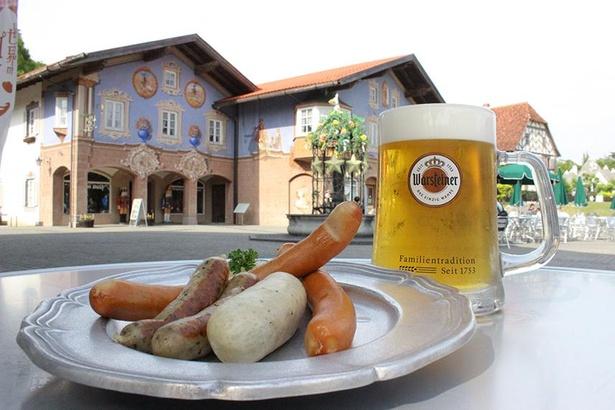 ドイツビールのヴァルシュタイナー(500ml税込1000円)とソーセージ盛合わせ5種盛(税込2000円)