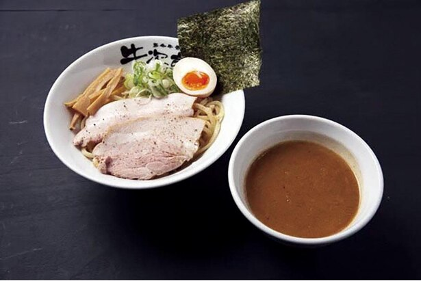 つけ麺タイプも好評な「牛骨つけ麺」(テイクアウトは使い捨て容器で販売)