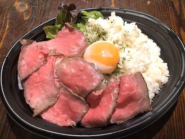 【写真】自家製ローストビーフ丼 温玉ダブル(1000円)。実際は温泉玉子が2個のる