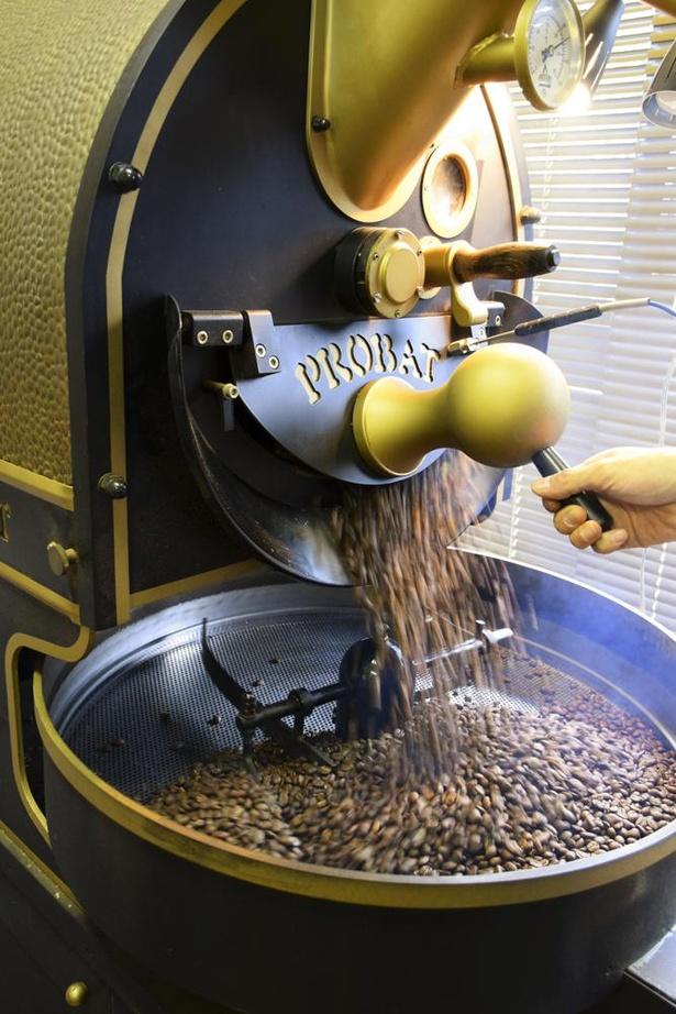 焙煎機は古い年式のブロバットを使用。釜が厚く蓄熱性が高い