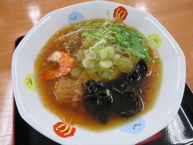 クラゲラーメン(税込750円)。麺にクラゲを練りこみ、トッピングにも使用