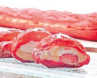 「苺エクレア」。長さ50cm超えの真っ赤なロングエクレア。キャラメルクリームの間にはいちごがゴロリ/ハイアットリージェンシー 大阪「ロビーラウンジ」