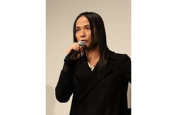 """辻仁成監督が、ロン毛でいかにも""""ロッカー""""なファッションで舞台挨拶"""