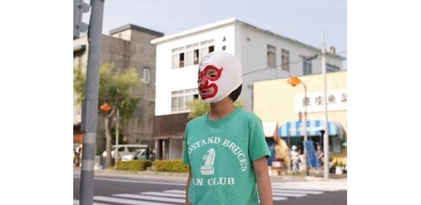 マスクをかぶる少年。扮するのは子役・林凌雅