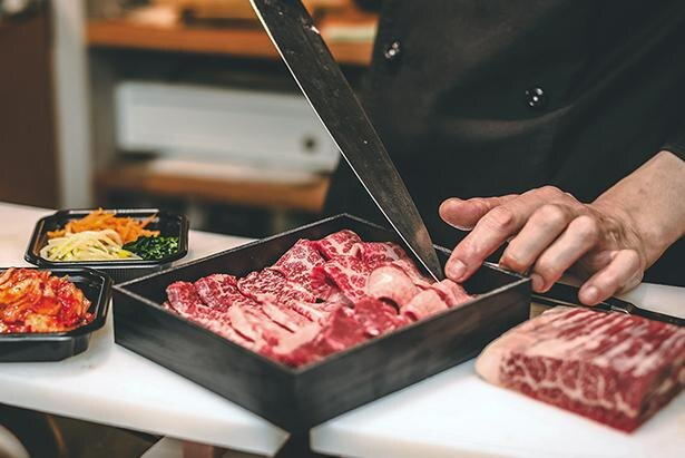 テイクアウト時にも同店での提供と同様に、お肉は注文後カットされる