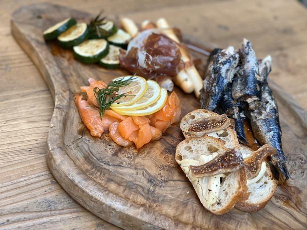 淡路島産オイルサーディンやマスカルポーネとドライフルーツのカナッペなど、前菜盛り合わせ