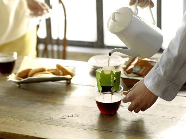 「スターバックス オリガミ」のいれ方。ドリッパーをカップの中央に固定したら、お湯は、コーヒー全体が湿る程度に注ぎ、20~30秒ほど蒸らす。その後、数回にわたってゆっくりと注ごう