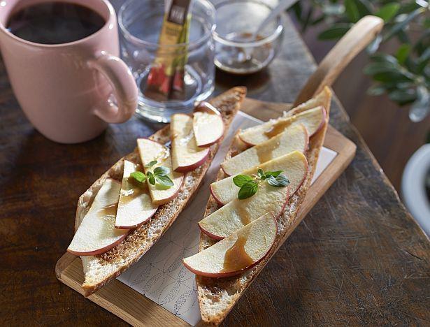 おうち時間が楽しくなるお洒落な朝食メニュー「コーヒーバゲット リンゴのせ」