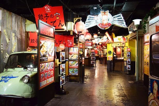 「ナンジャ餃子スタジアム」は、レトロムード満載の雰囲気。各店とも餃子以外のご飯物やおつまみなども用意しているので、ガッツリ食事したい人もビールとともに味わいたい人も大満足!
