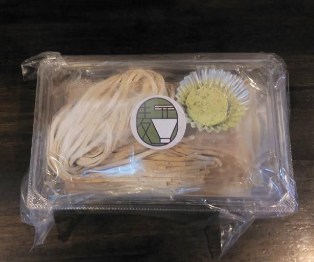 コンパクトにまとめられたテイクアウトパックの「白湯つけ麺」