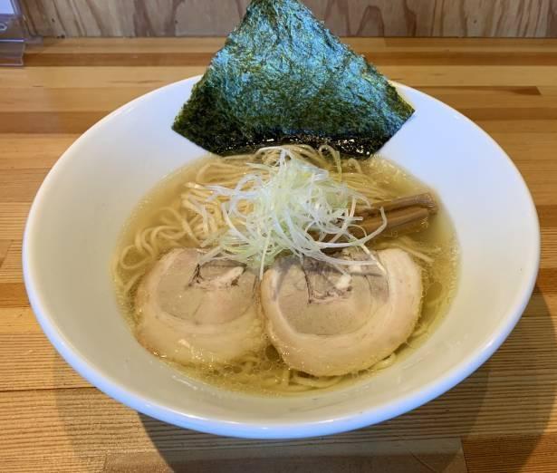 乾物やアサリの旨味を閉じ込めた奥深い味わいのスープが特徴の「塩そば」 ※写真は盛り付け方の一例