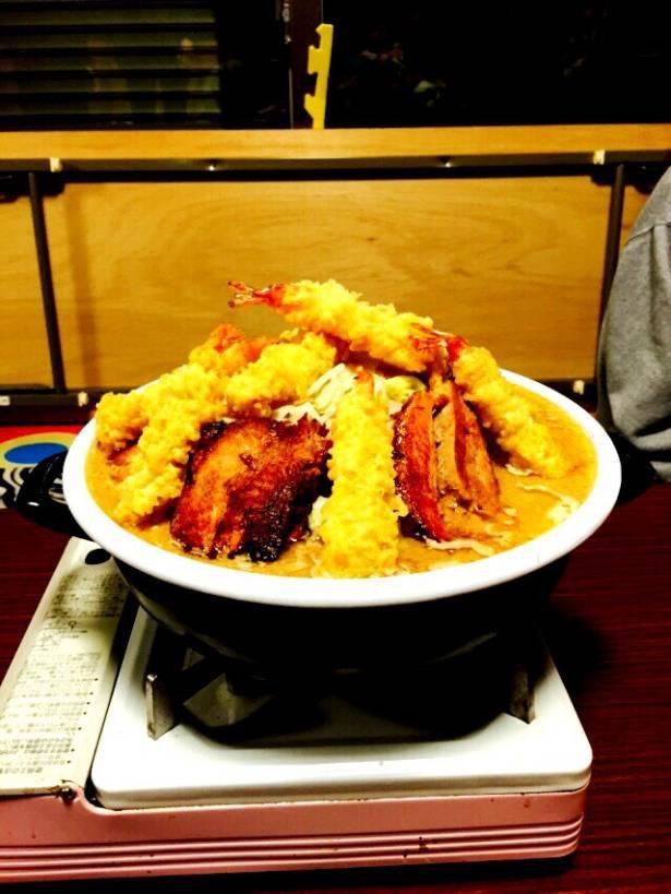 見た目、量共に大迫力の「男気味噌土鍋Ver.」 ※写真は鍋の盛り付け例でイメージ(天ぷらのトッピングは付属しない)