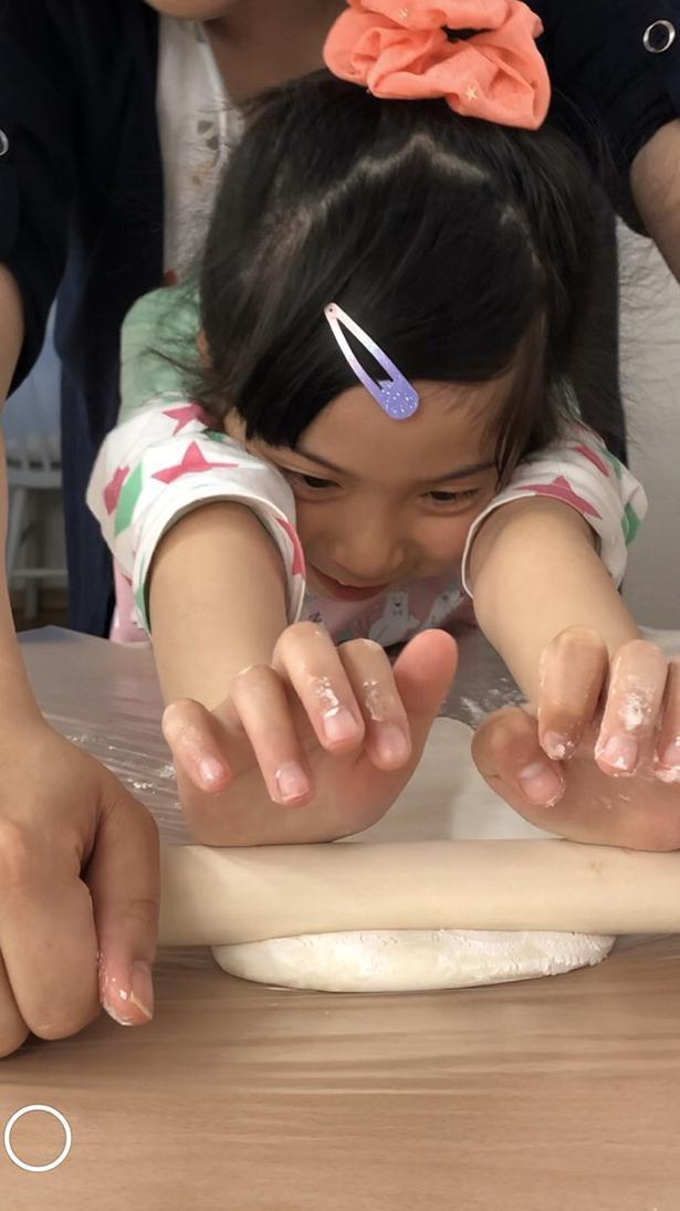 親子で力を合わせて手打ちうどん作りを体験