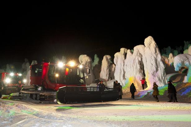 暖房付きのナイトクルーザー号に乘って、樹氷ライトアップや霧氷を間近で体験できるツアーも