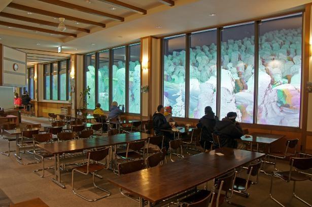 窓越しに樹氷を間近で眺められる「レストラン山頂」