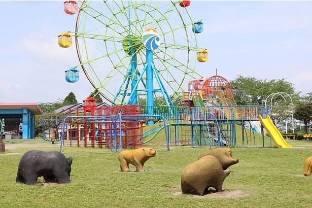 児童広場には、クマなど子供たちに人気の動物の置物が