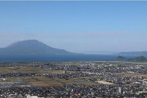 眼下に国分平野と桜島を一望