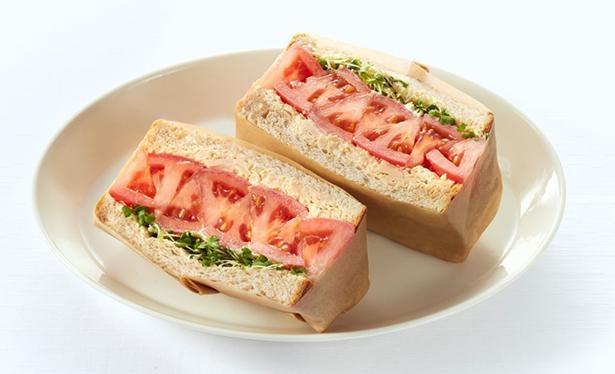 旬のトマトをまるまる1個使用した「トマトとツナのサラダサンド」