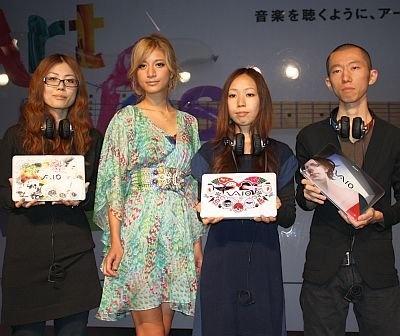左から2番目がマリエさん。プライベートでよく美術館に行くのだとか。ほか、左からアーティストの宮島亜希さん、riyaさん、斉藤高志さん