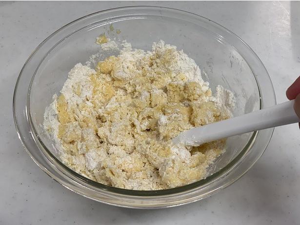 バターの中に粉を練り込むようなイメージで混ぜ合わせます