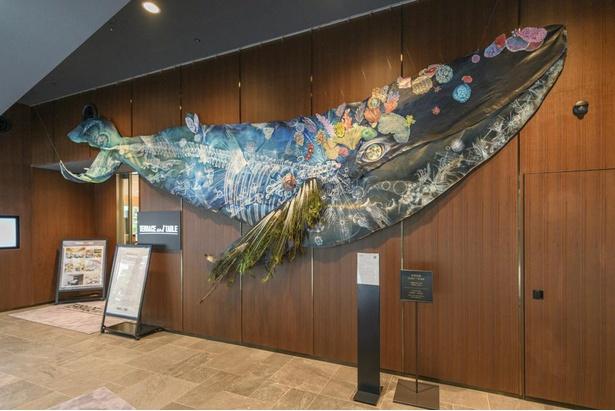 館内には随所に若手アーティストの作品を展示。写真は2階エントランスホールに飾られた大小島真木氏による「世界の家」