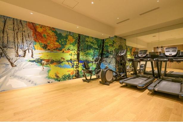 壁一面をアート作品が彩る宿泊者専用のジム。ウェアやシューズは利用者が用意する必要があるが、タオルとミネラルウォーターは用意されている
