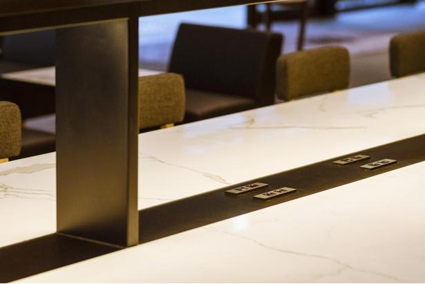 ロビーラウンジの座席には、直接USBを介して充電できるUSBハブを全席に完備