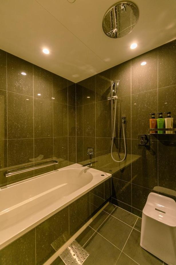 客室の浴室もゆったりとした作りで、湯船には足を伸ばして浸かることが可能。全室にオーバーヘッドシャワーを備える