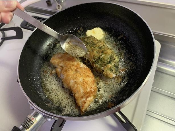 両面にきれいな焼き色が付いたら仕上げにバターを入れ、スプーンを使って鶏の上にバターをかけて香りや風味を付けていく