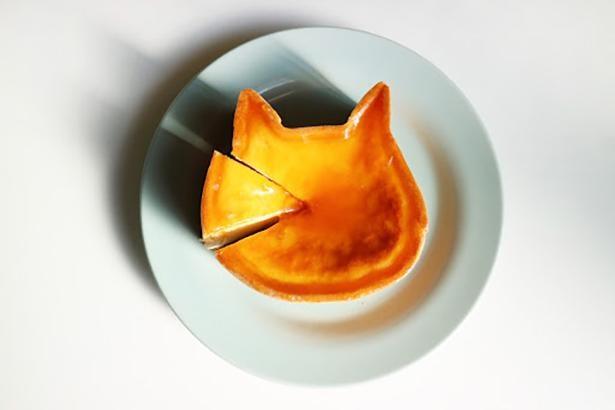「ねこねこチーズケーキ」(1800円)には、チーズの王様「ブリー・ド・モー」を使用。 熟成チーズの上品な味わいと、 自家製杏ジャムが口の中で混じり合い、 絶妙に変化していく新感覚の奥深い味わい