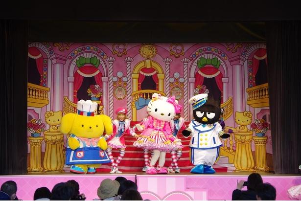 誕生日の人をお祝いするショー「nakayoku birthdayプリンセスキティ号」。誕生日当日の人はステージ上で記念撮影も