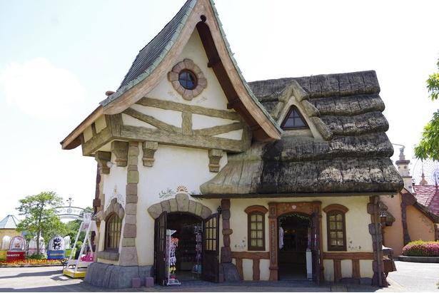 おとぎ話に出てくるようなかわいらしい建物の「サンリオnakayokuショップ」