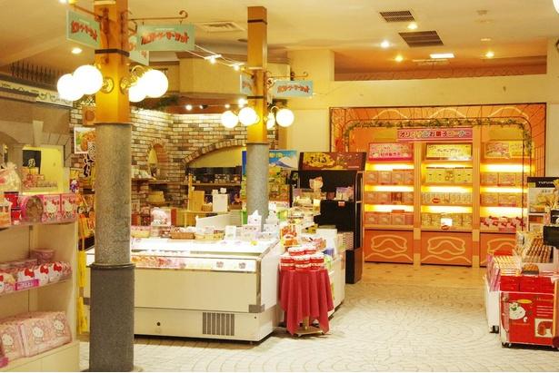 お土産にぴったりのお菓子や、オリジナルグッズが並ぶ「カントリーマーケット」