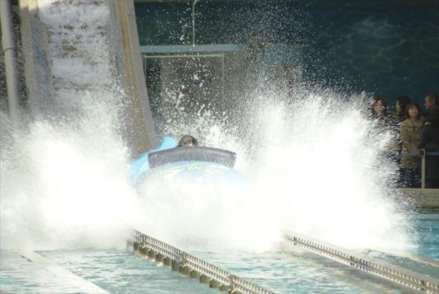 「ワンダードロップ」は最前列が一番濡れ、4人で乗ると水しぶきがMAX!利用料金は税込700円