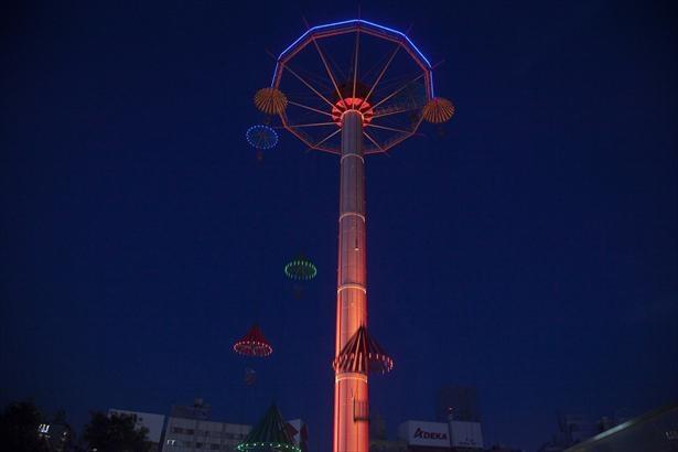 夜の「スカイフラワー」。グラデーションで色が変化するLED照明もロマンチック