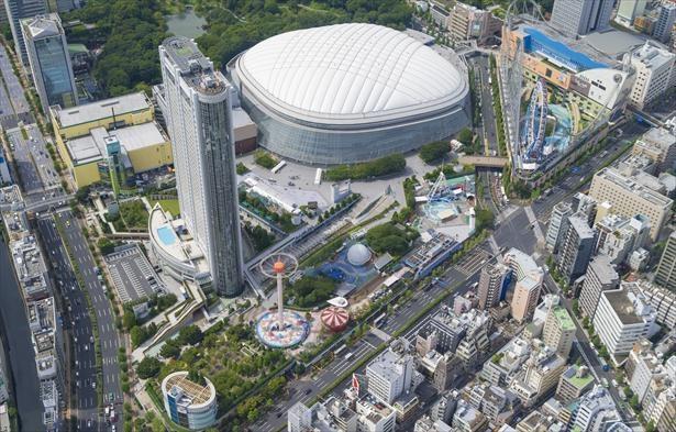 「東京ドームシティ」の全景。手前の白山通り沿いを中心に南北にアトラクションが並ぶ