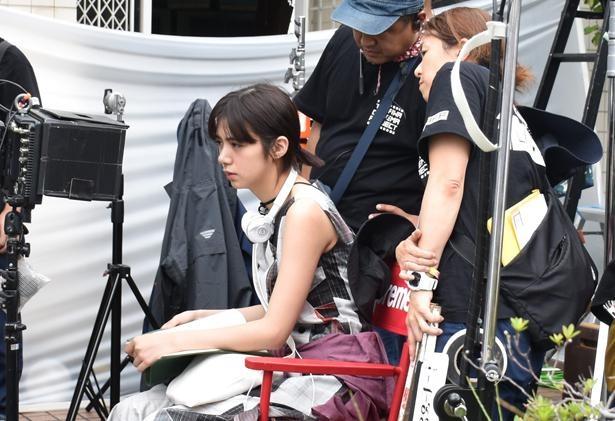 【写真を見る】真剣な表情で監督を務める池田エライザ