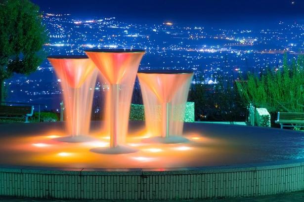 ワイングラスをかたどった噴水。ライトアップ越しに見える夜景が見事