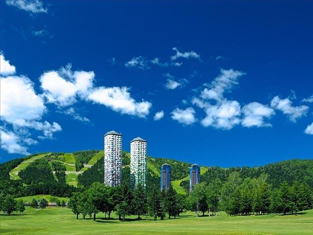 カラフルな2本の宿泊施設「ザ・タワー」がシンボルの星野リゾート トマム