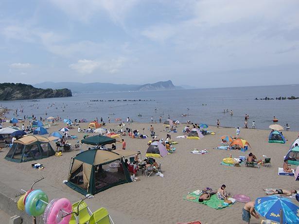 砂浜にテントを張って楽しむ人々も多い