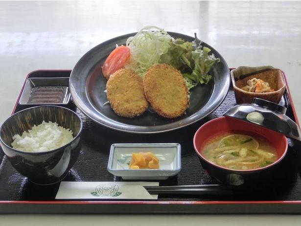 山口県の地鶏を使った「長州鶏のミンチカツ定食」(税込900円)