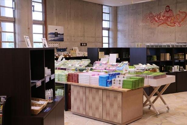 オリーブ記念館内の売店ではオリーブを使ったお土産や小豆島の特産品がズラリ