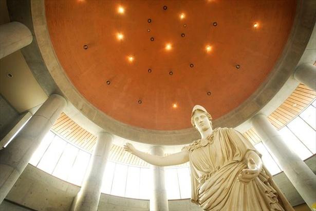 オリーブ記念館の中に入ると巨大なアテナ像がお出迎え