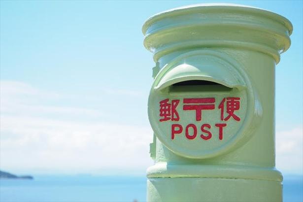 幸せのオリーブ色のポストからは実際に郵便物が投函できる