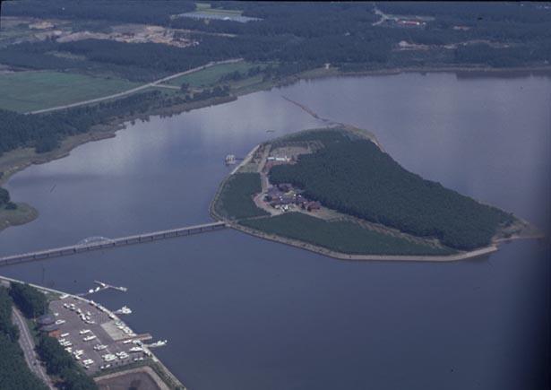 十三湖に浮かんだ島、中の島全景