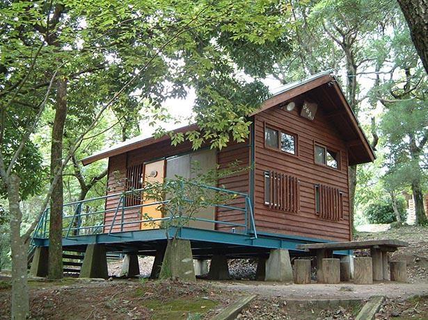 野岳湖のほとりに建つバンガロー