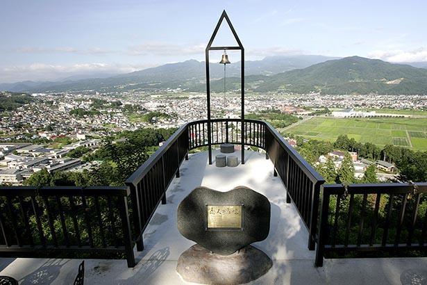 展望台から上山市街地、奥に蔵王から奥羽の山々を望む