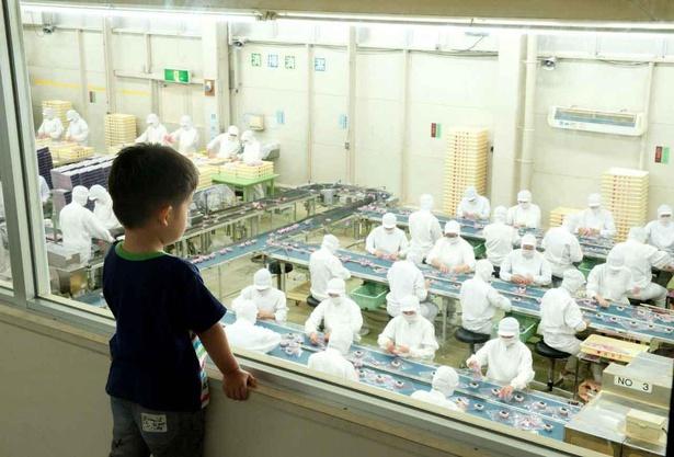 信玄餅は誕生当初から人の手によって包装されている