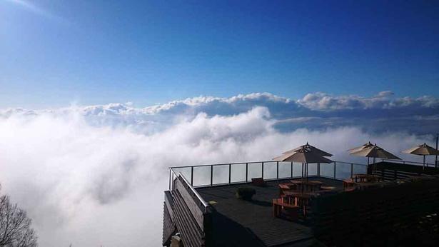 【写真】北志賀高原にそびえるウッドテラスからの絶景は格別