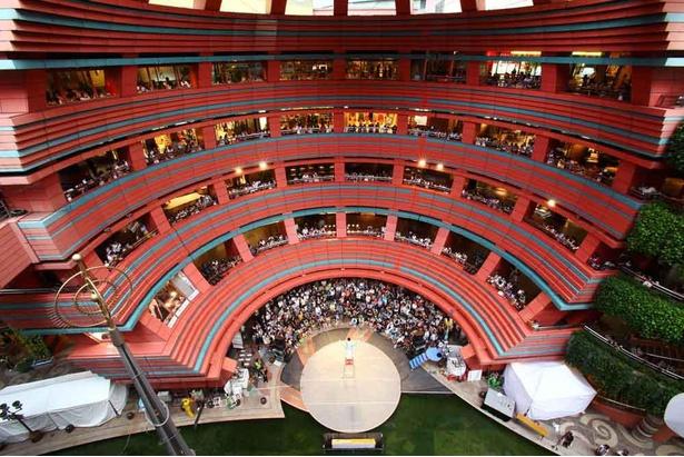 施設中央のサンプラザステージではさまざまなイベントが開催される